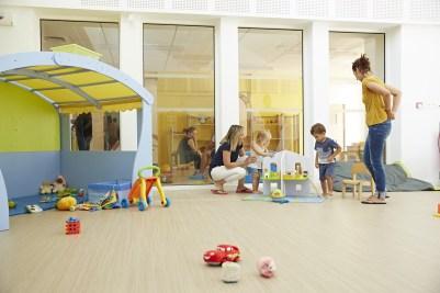 enfants de 4 ans et les assistantes maternelles jouent à l'Espace petite enfance le lac à chalon-sur-saône