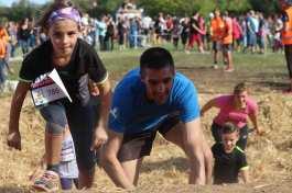 une jeune fille et son papa sur un obstacle de Lans fer