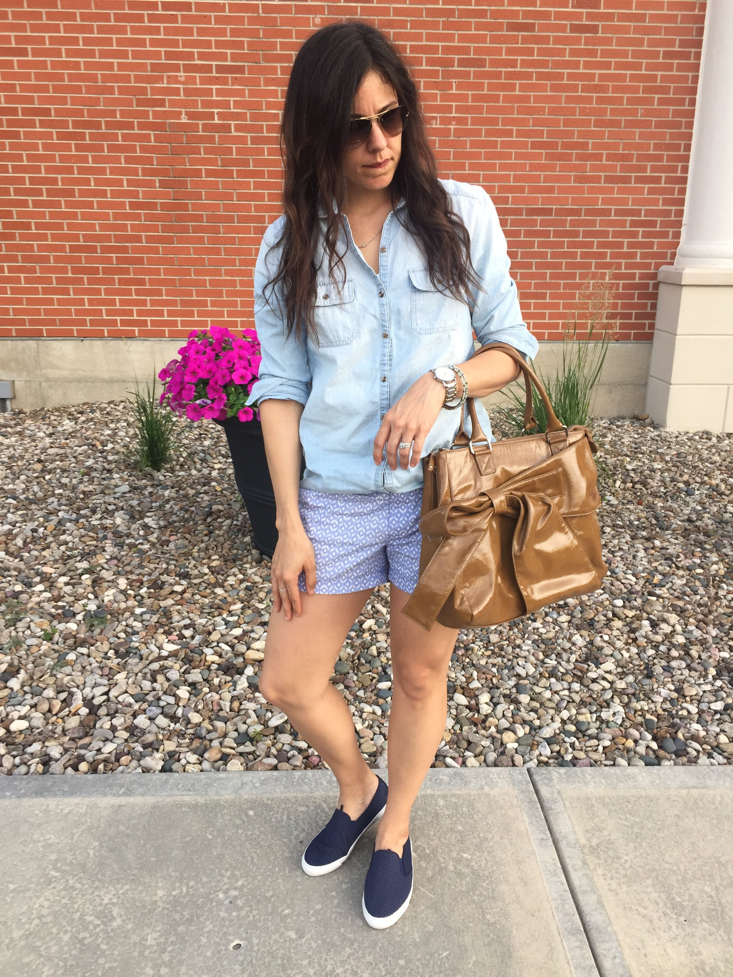 How to style colored shorts | summer fashion style | warm weather fashion tips | chambray shirt outfit | print shorts outfit