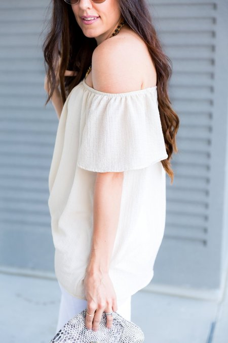 How to wear off the shoulder tops, all neutral outfit, beige off the shoulder top outfit, white jeans outfit, blue heels outfit, how to wear blue heels