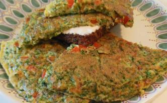 Omelet med grønt, rugbrød og friskost