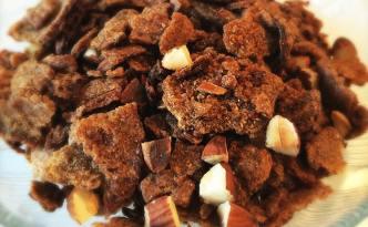 Sprøde rugbrødschips med ristede mandler