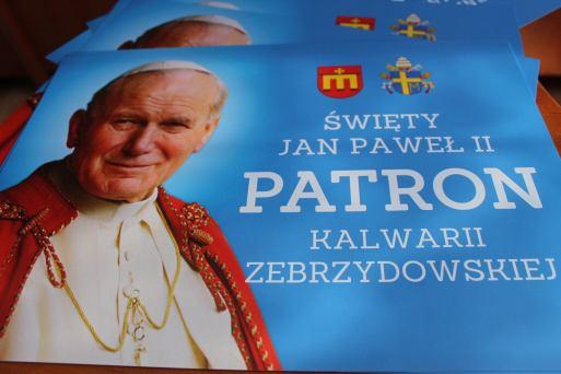 okolicznościowe wizerunki Świętego Jana Pawła II, które można otrzymać w Urzędzie Miasta - fot. UM w Kalwarii Zebrzydowskiej
