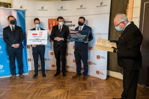 Wręczenie symbolicznych czeków z programów rządowych - 29 kwietnia 2021 r. - Dwór w Stryszowie - fot. Andrzej Famielec - Kalwaria 24-02782