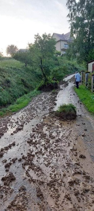 W Łaśnicy (gm. Lanckorona) osunęła się ziemia - fot. OSP Lanckorona