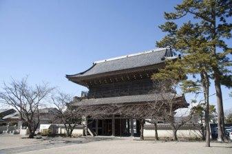 鎌倉最大の山門。江戸末期の1847年に建てられたもので、高さ20m、間口16m、奥行7mという大きさ。2階には釈迦三尊、四天王、十六羅漢が祀られています。申請すれば内容次第で拝観可能です(20名以上)。