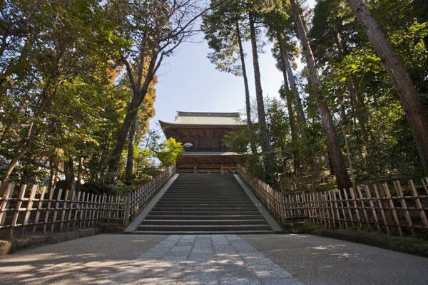 総門をくぐると、壮麗な三門が見えてくる。円覚寺の大きさ、深さを感じさせられる一瞬。