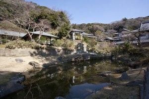 妙香池(みょうこうち)。総門前の白鷺池と並び、円覚寺創建当初からある池。平成13年に復元されました。