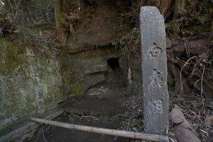 黄梅院を下ってくる途中にある白鹿洞(ひゃくろくどう)。円覚寺開堂の日、この洞より一群の白鹿が現れ、法要に列したと伝わります。この出来事から、山号を瑞鹿山と名付けたそうです。