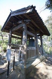 国宝の洪鐘は1301年、時宗の子である北条貞時によって鋳造・寄進された鎌倉随一の大鐘です。物部国光による作であり、雄大でありながら細部まで緻密なつくりが施されたものとして、鎌倉時代後期を代表する梵鐘です。