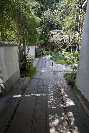 本堂までは無料ですが、竹の庭は拝観料がかかります。拝観料を払い、この細い道を進みます。