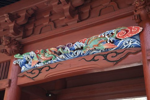妙本寺二天門の見事な彫刻。朱色に映えます。四天王のうち持国天と多聞天(毘沙門天)を安置しています。