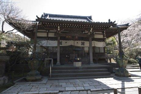 安国論寺本堂。御本尊、南無久遠実成本師釈迦牟尼仏が安置されています。