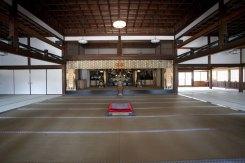 享保年間、1732年に建てられた方丈(龍王殿)の大広間。本来は住持が居住する場所ですが、現在は法要、座禅、研修の場として使用されています。総門とこの方丈の建物は京都の般舟三昧院(はんしゅざんまいいん)より昭和15年に移築されました。