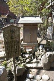 一番左が稲荷社(おいなりさん)。作物の豊穣を護る宇迦之御魂神を祀ります。伏見稲荷が勧請されました。