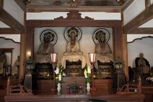 御本尊の三世仏、阿弥陀如来、釈迦如来、弥勒如来。