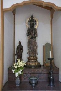 南北朝の作と伝わる観音菩薩像。関東大震災で破損したものの昭和初期に復元されました。