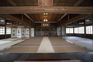 本堂の内部。
