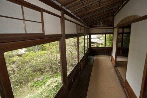 日本建築家屋の見事な景観。里見弴が建てた当時、ここから見えるのは樹々に覆われた鎌倉の谷戸だけでした。