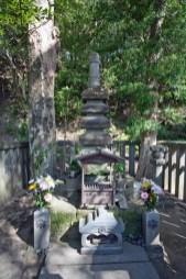 西御門にある源頼朝の墓。