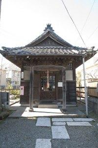 大町から材木座へと抜ける道、線路の手前、本興寺の向かい側あたりです。
