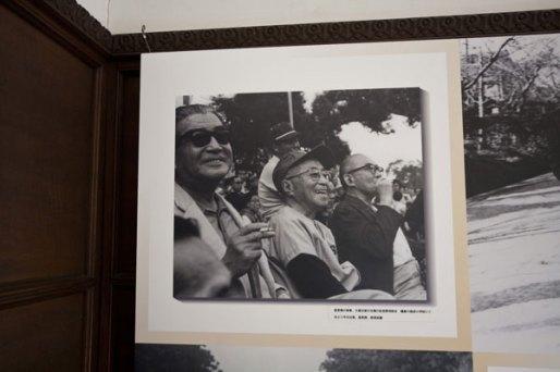 鎌倉文士たちの写真。左から今日出海、里見弴、那須良輔。