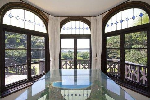 外観最大のポイントとなっている出窓部分を中から。美しいステンドグラスとともに由比ガ浜を真っすぐに望みます。