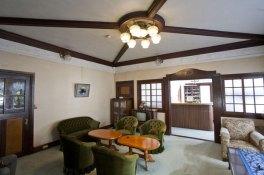 洋館部分へと入ります。天井、壁のレリーフ、格子窓など随所に凝らされた大正期の意匠。