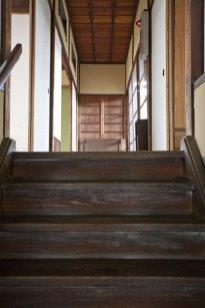2階へと続く階段。長谷の麗らかな陽光が差し込みます。