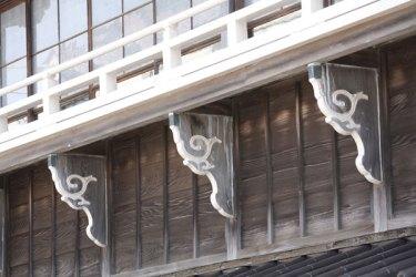 昭和初期の意匠を残す對僊閣にあって、もっとも特徴的なのが高欄を支える絵様肘木風の持ち送り板。