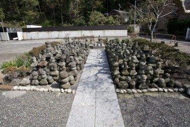 来迎寺。境内の細い道をいくと三浦義明の家来之墓とされる多数の塔がありました。