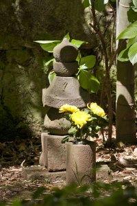 竹林に佇む五輪塔。