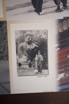 鎌倉文士たちの写真。大仏の前の林不忘夫妻。