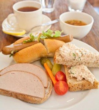 ベルグフェルドのパン、アルトシュタットのハム/ソーセージを使ったサンドイッチセット(写真はベルグサンドのセット)。この他その日のケーキもついてきます。