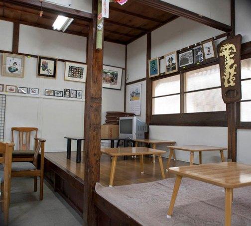 奥にある茶店。ここで一杯やるのは楽しみ。参拝にはお酒がつきものです。