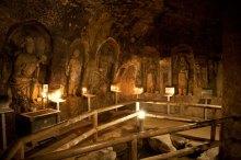弁天窟の内部です。十六童子が祀られています。迫力あります。