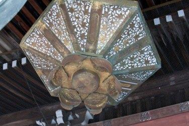 本堂の上にある見事な装飾。