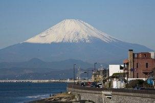 稲村ケ崎から見た海岸線と富士山。