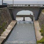 七里ケ浜の海を望む行合橋とそこを流れる行合川。