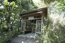 山を登って行くと小屋があります。ちょっと休憩。