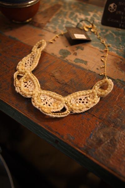 ビーズ刺繍ネックレス(フェアトレードアイテム)¥4,800。