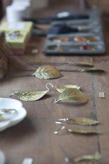 金工作家今城晶子の真鍮アクセサリー。「PLANTS」という植物を湯脈まで精密に再現したアクセサリーは3,675円~6,300円。