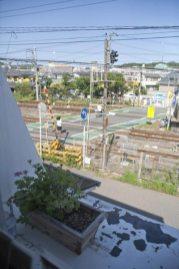 店内からはJR鎌倉駅、北鎌倉寄り踏切が見えます。