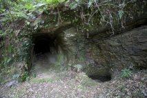 トンネルの入口と削られた岩壁。戦国時代の遺構です。