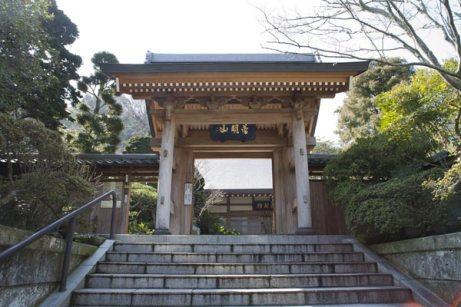 成就院山門。左右に参道があり、右手が極楽寺駅方面、左手は坂ノ下方面です。