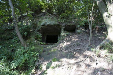 〔地図⑯〕百八やぐら群。山を囲むようにやぐらが掘られ、最大7段にもなります。鬼気迫る霊場です。