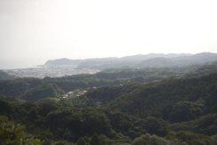 〔地図⑩〕天園休憩所付近からの眺望。由比ケ浜や稲村ケ崎が見えます。