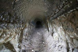 住吉城址。トンネル内部。いまでも抜けられるそうです。
