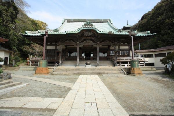 龍口寺本堂。1832年(天保3年)に建てられました。間口12間、奥行き15間あります。神奈川県を代表する木造大型建築物です。