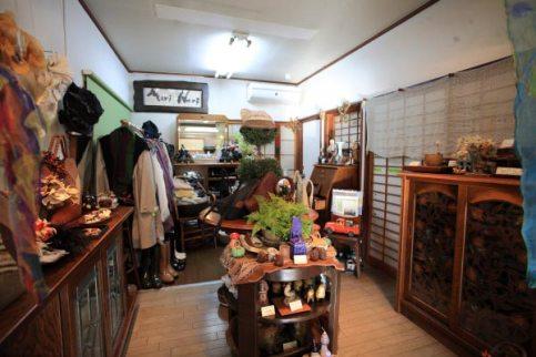 奥のスペース。棚の中にも魅力的な商品がたくさん入っています。ぜひ覗いてみてください。